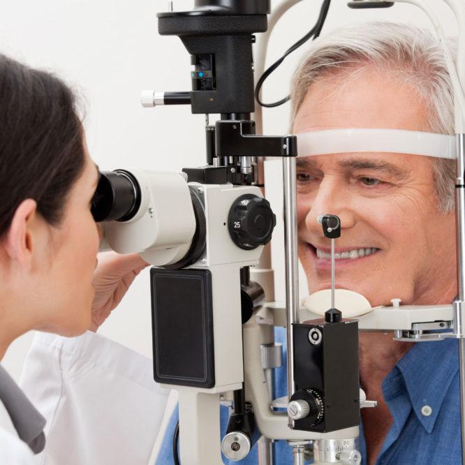 Mann beim Augenarzt