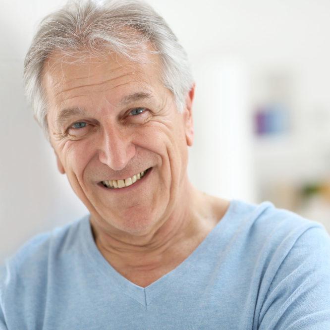 Grauer Star Patient lächelt